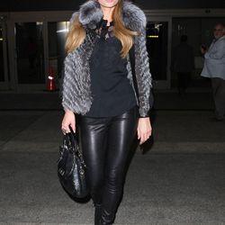 Socialite Paris Hilton struts it for the papz outside of LAX's Tom Bradley International Terminal.
