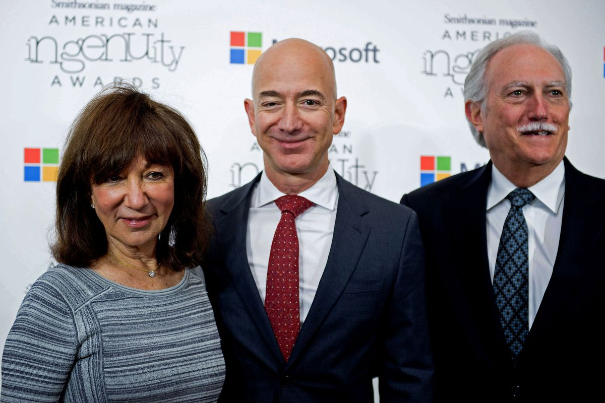 Amazon CEO Jeff Bezos poses on the red carpet with his parents, Jackie and Mike Bezos