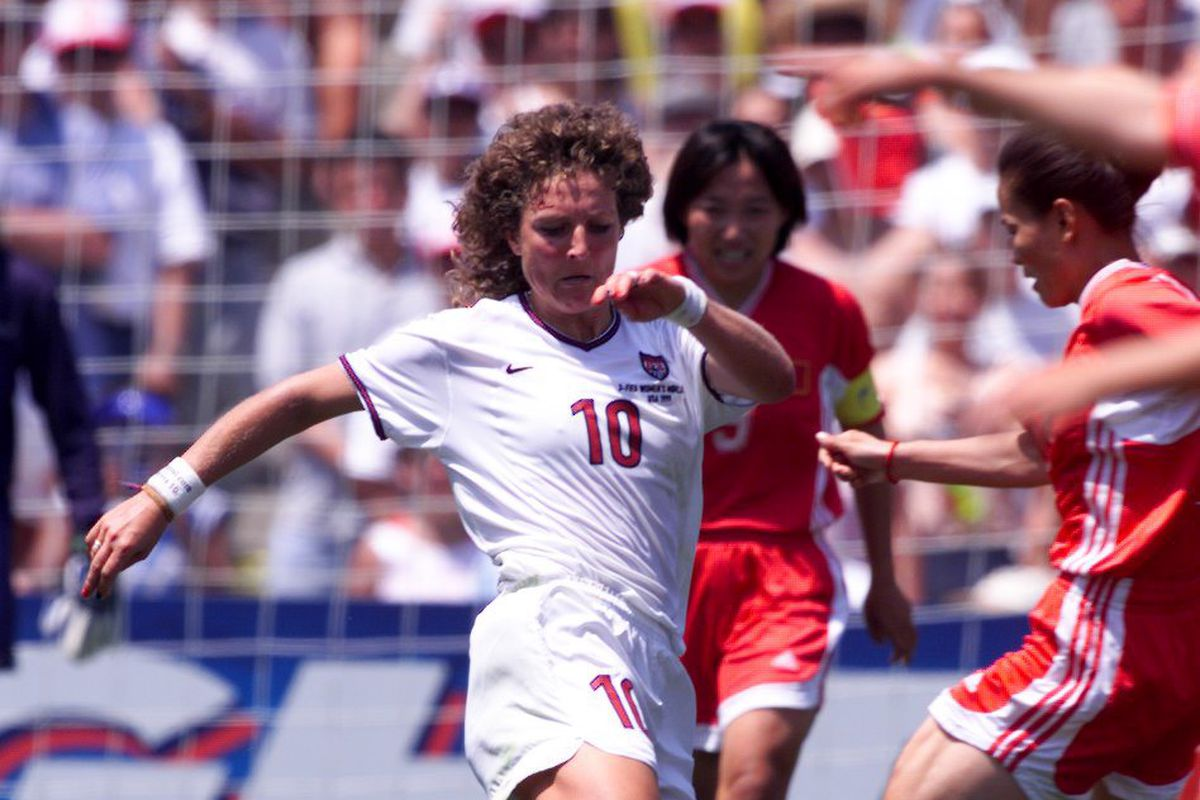 PHOTO BY KAREN T. BORCHERS Team USA #10 Michelle Akers battles for the bal in the second half.