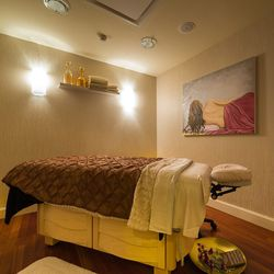 """Want to squeeze a luxurious facial into a jam-packed day? The <a href=""""http://www.fourseasons.com/washington/spa/"""">Four Seasons Hotel Washington DC</a> offers a quickie facial at its <a href=""""http://dc.racked.com/archives/2014/04/14/four-seasons-spa-photo"""