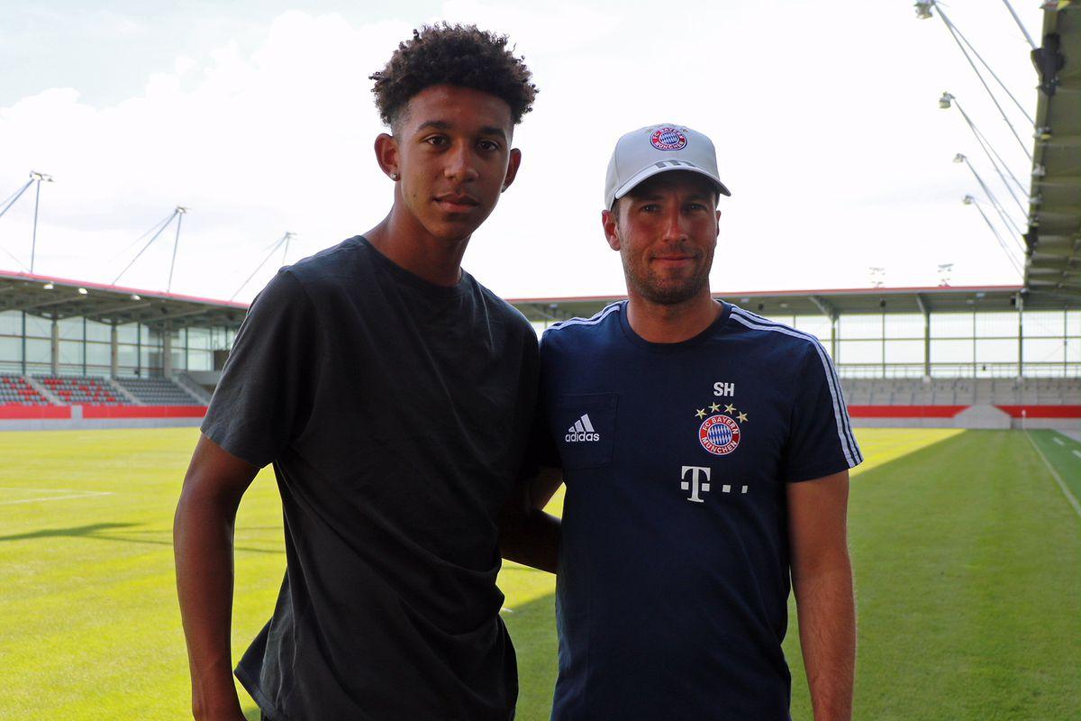 Chris Richard poses with Bayern Munich U19 coach Sebastian Hoeness.