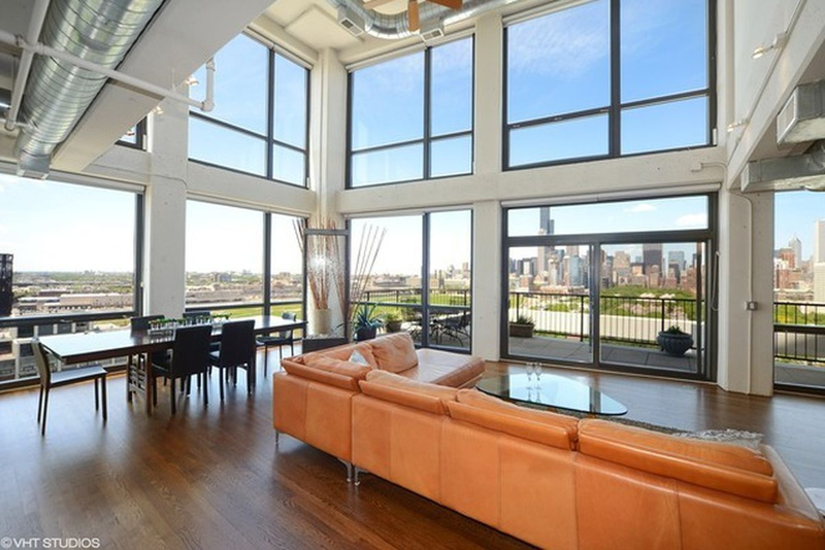 South Loop High Rise Duplex With Protected Skyline Views