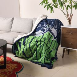 <strong>Big Game Sherpa Lined Throw Blanket </strong>