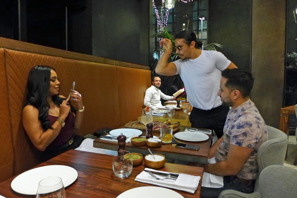 Critics Review Salt Bae S Nyc Restaurant Nusr Et Eater