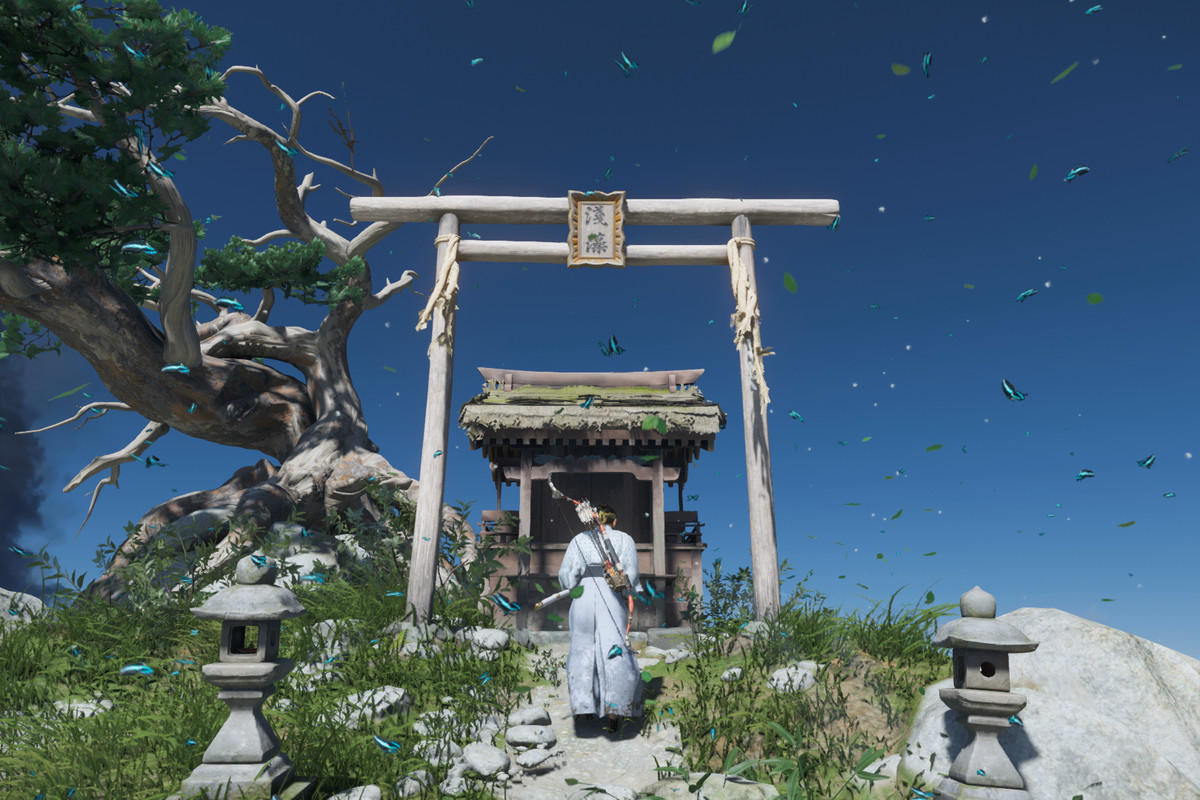 The main character of Ghost of Tsushima stands in front of a Shinto Shrine