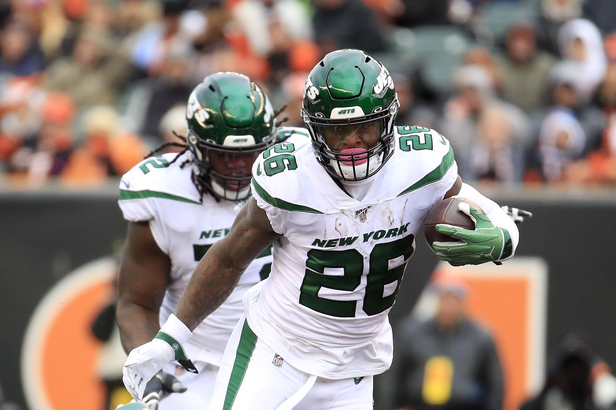 Le'Veon Bell of the New York Jets runs with the ball during the game against the Cincinnati Bengals at Paul Brown Stadium on December 01, 2019 in Cincinnati, Ohio.