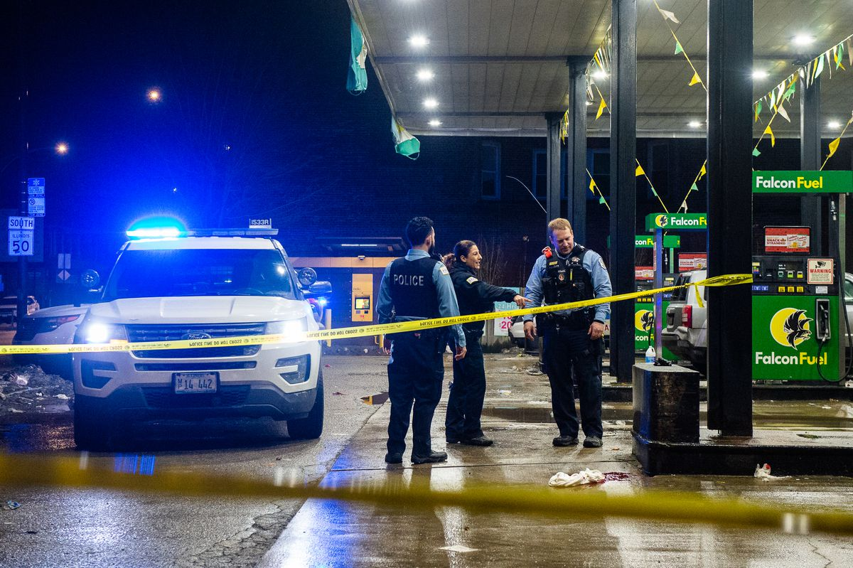 Chicago Police investigate a scene at a FalconFuel Gas Station where a man ran to after getting shot in the hand Sunday night in the 300 block of South Cicero in the Garfield Park neighborhood.   Tyler LaRiviere/Sun-Times