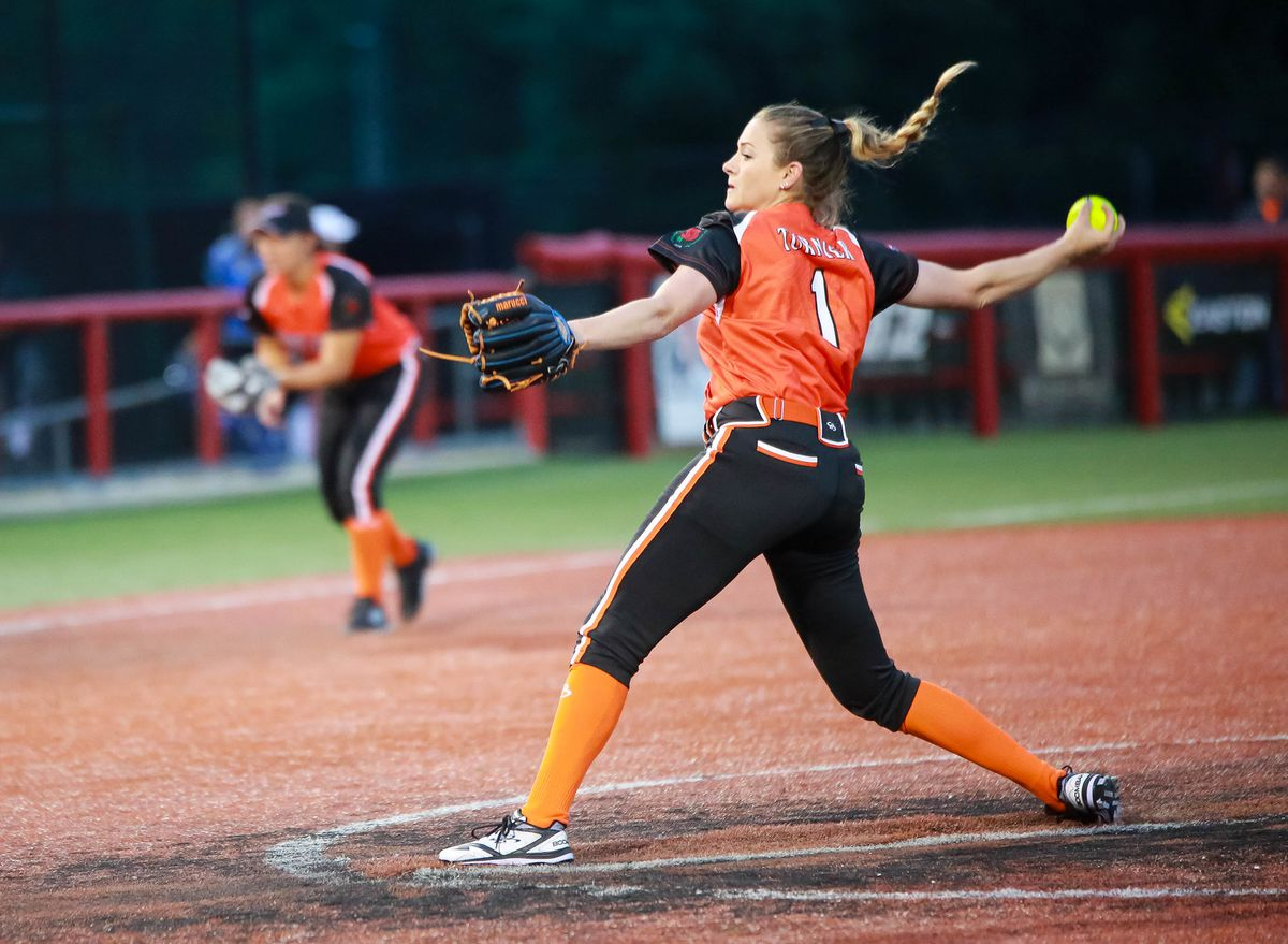 Shelby Turnier pitching for the Chicago Bandits of NPF. (Photo: Chicago Bandits)