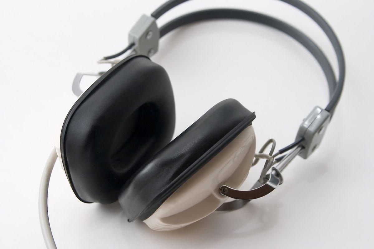 "via <a href=""http://upload.wikimedia.org/wikipedia/commons/4/40/Headphones_1.jpg"">upload.wikimedia.org</a>"