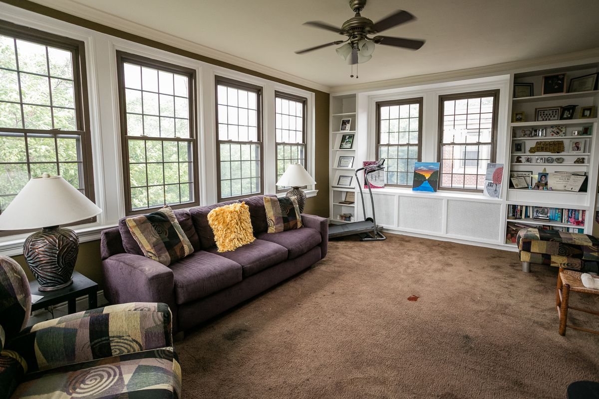 Carpeted Florida room admits lots of light