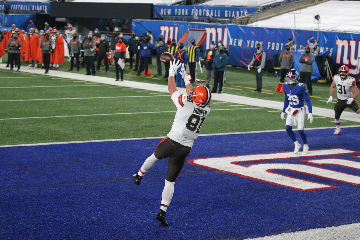 Cleveland Browns tight end Austin Hooper (81) catches a touchdown pass against the New York Giants during the second quarter at MetLife Stadium.