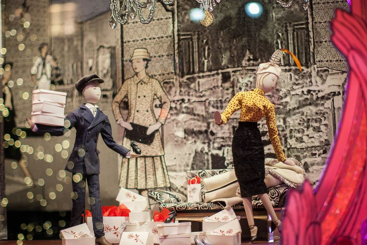 """Throw it in the bag. Lord &amp; Taylor holiday window photo by <a href=""""http://www.rebeccadalephotography.com"""">Rebecca Dale</a>."""
