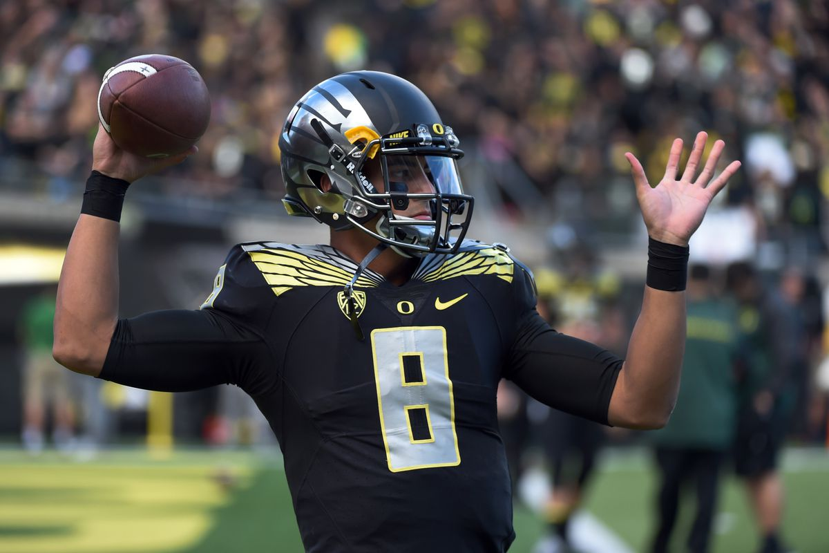 Marcus Mariota takes the field against USC