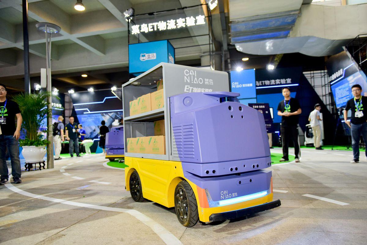 Alibaba fabrica un robot - El robot G Plus en la Cumbre mundial de logística inteligente de 2018 de Alibaba