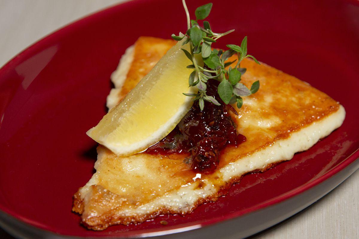 Ένα κομμάτι ελληνικού τυριού με μια φέτα λεμονιού
