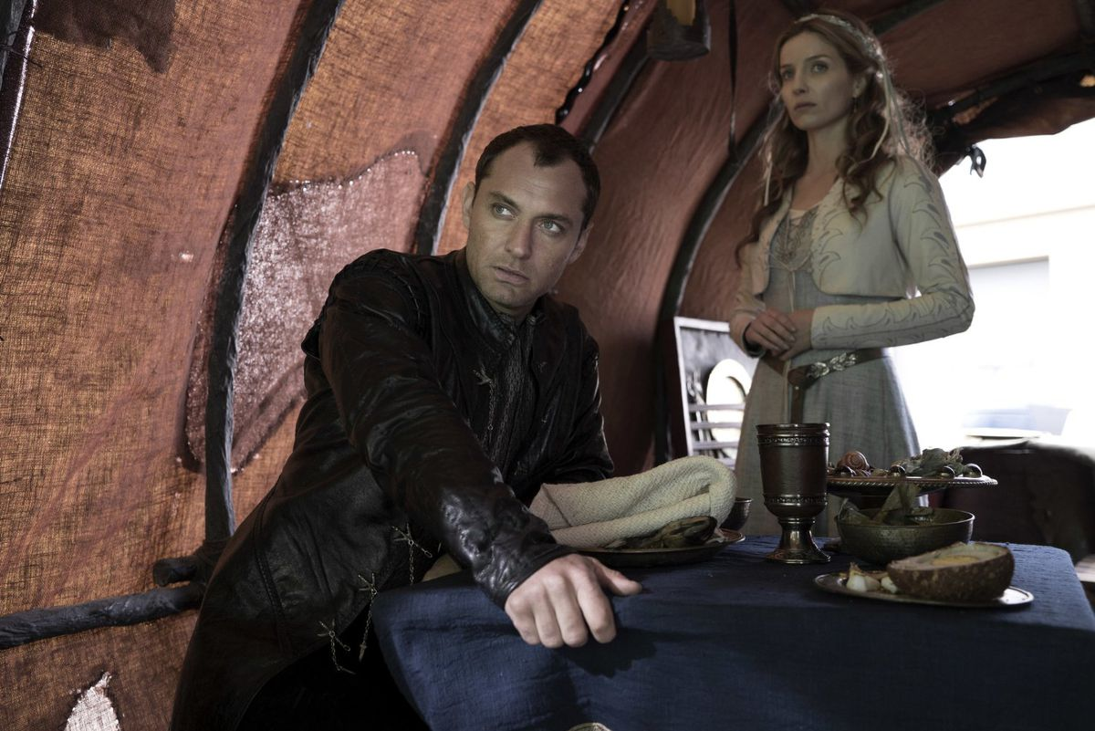 Jude Law and Annabelle Wallis in King Arthur: Legend of the Sword