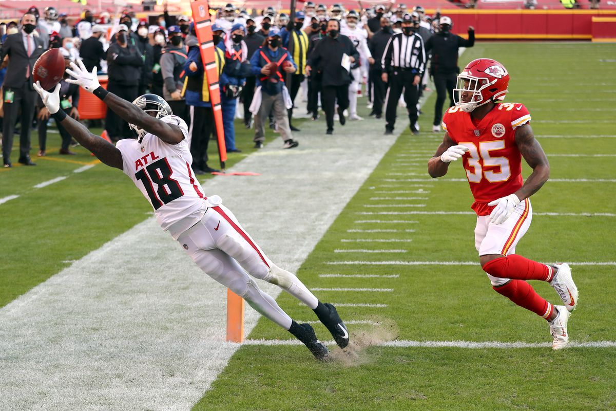 Calvin Ridley #18 of the Atlanta Falcons stretches for a pass that falls incomplete against the Kansas City Chiefs during the fourth quarter at Arrowhead Stadium on December 27, 2020 in Kansas City, Missouri.