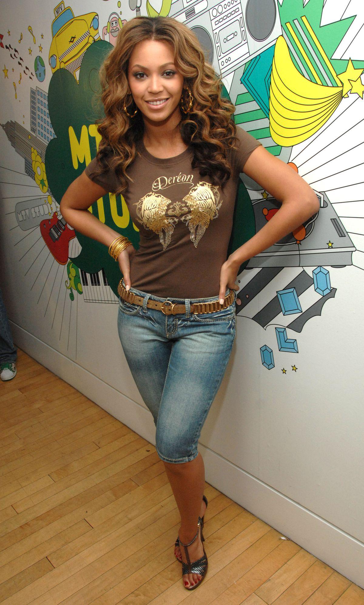 Beyoncé wearing denim pedal pushers in 2006.