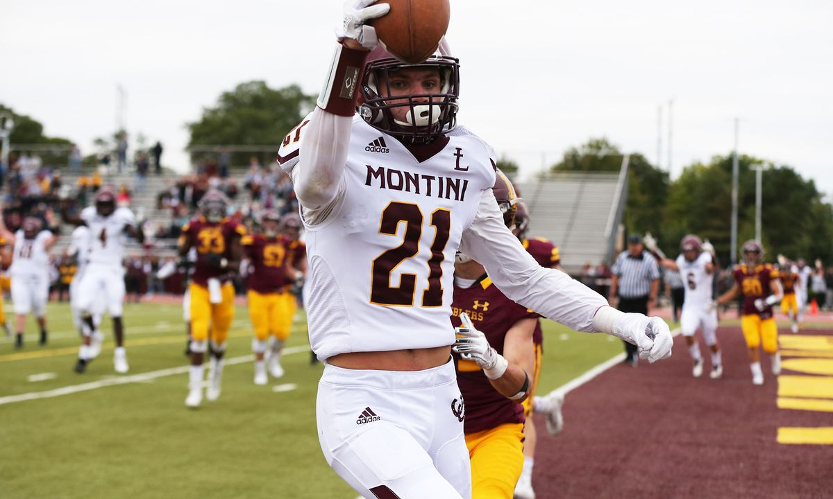 Montini's Nate Muersch (21) catches a pass for a touchdown against Loyola