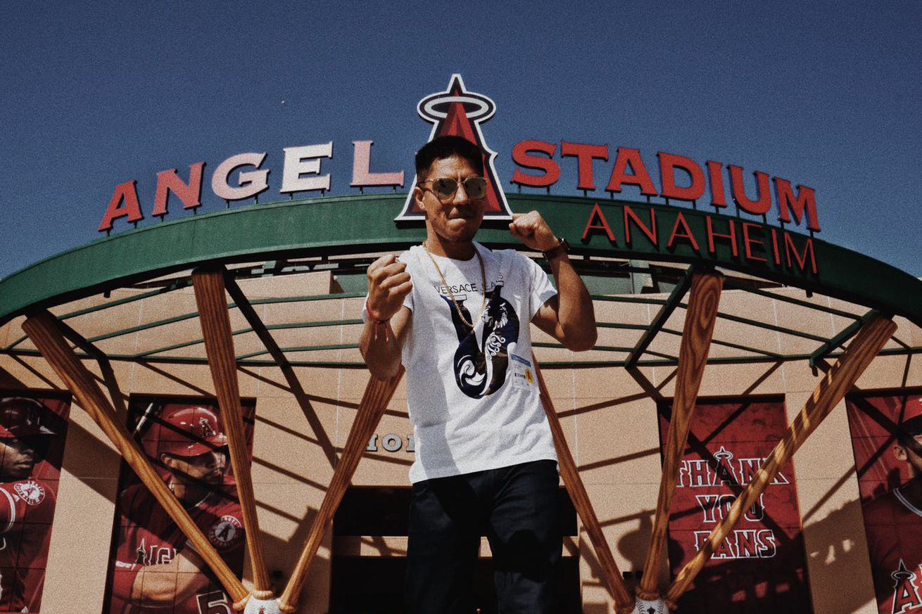 D4zpnGZWkAAdest.jpg large.0 - Vargas throws out first pitch at Angels-Yankees game
