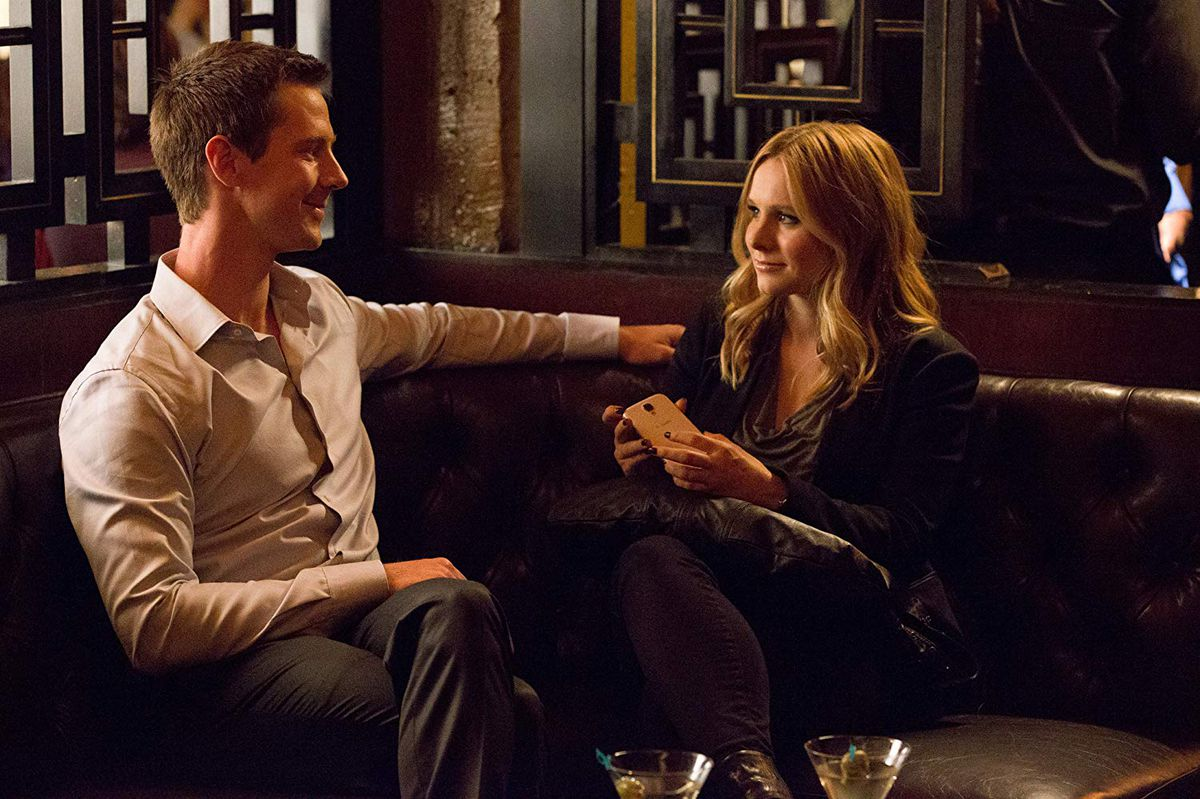 Jason Dohring as Logan and Kristen Bell as Veronica, sitting peacefully in a bar.