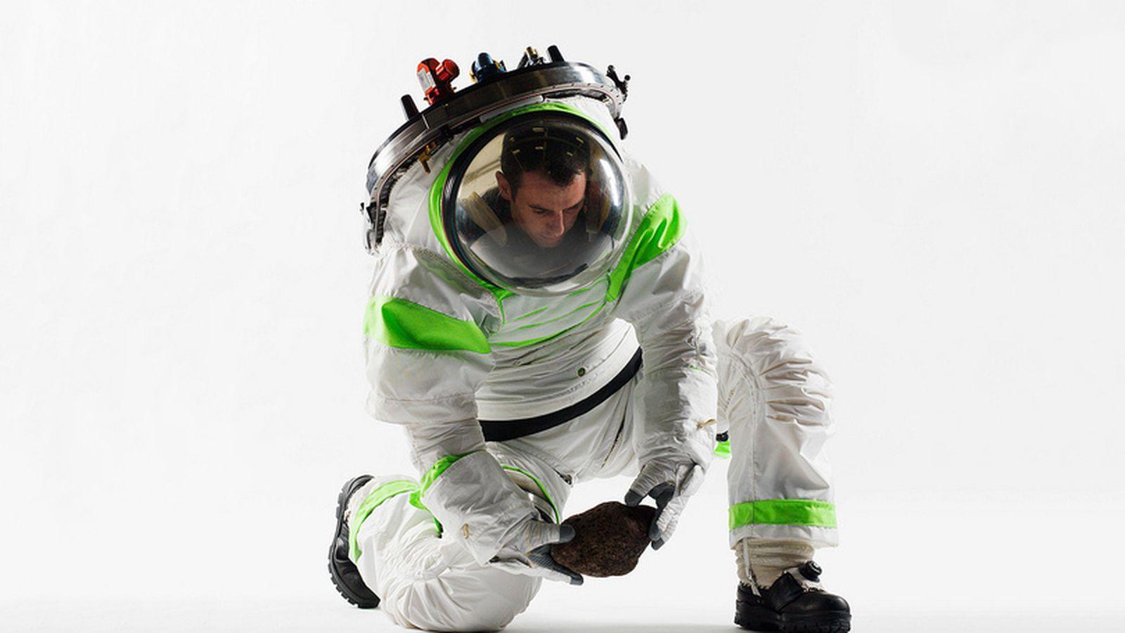 Nasa S Z 1 Spacesuit Prototype Looks Like Buzz Lightyear