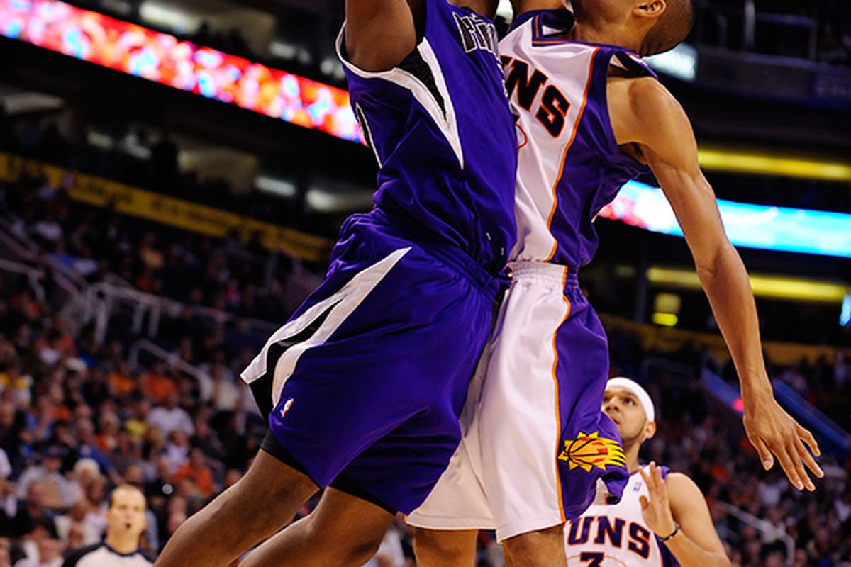 Grant Hill with one of the Suns 9 blocked shots. Phoenix held the Kings to 34 points in the second half on 36% shooting in the win. (Photo by Max Simbron)