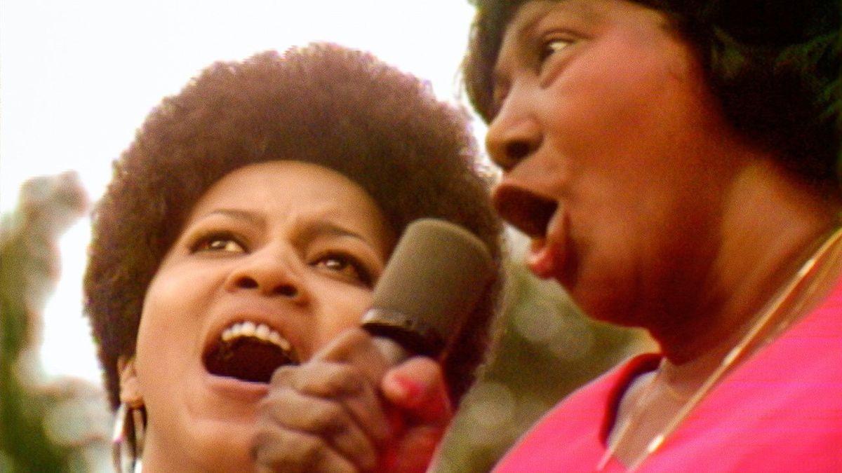 Deux femmes chantent dans un micro.
