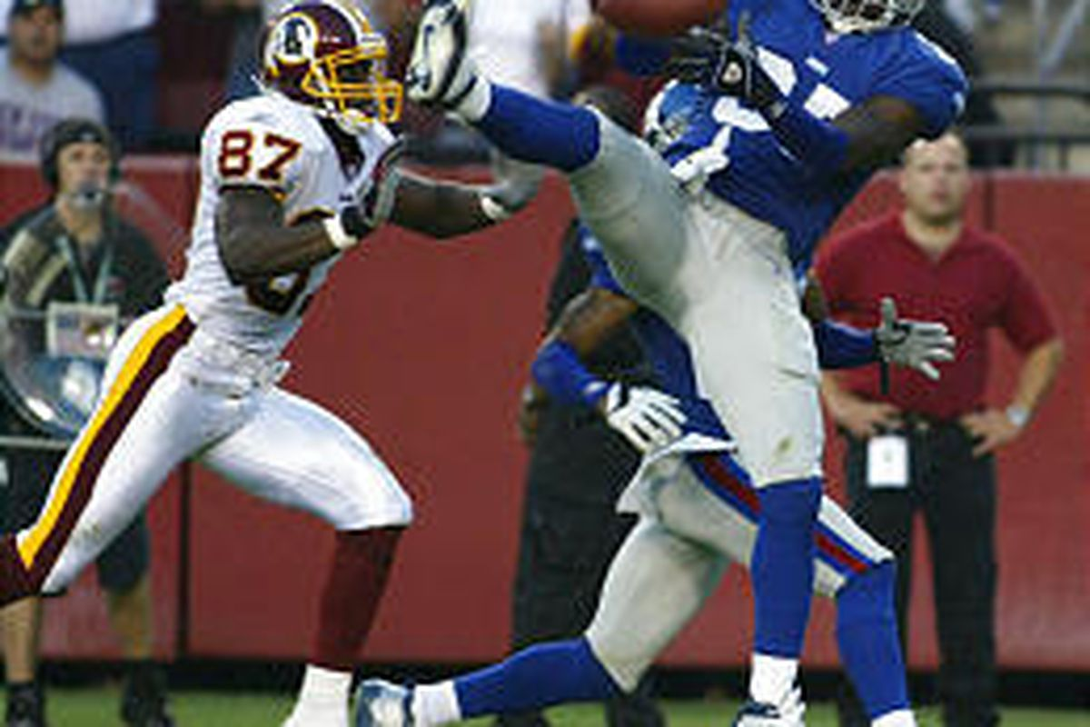 New York Giants safety Johnnie Harris fails to intercept a pass intended for Washington's Rod Gardner.