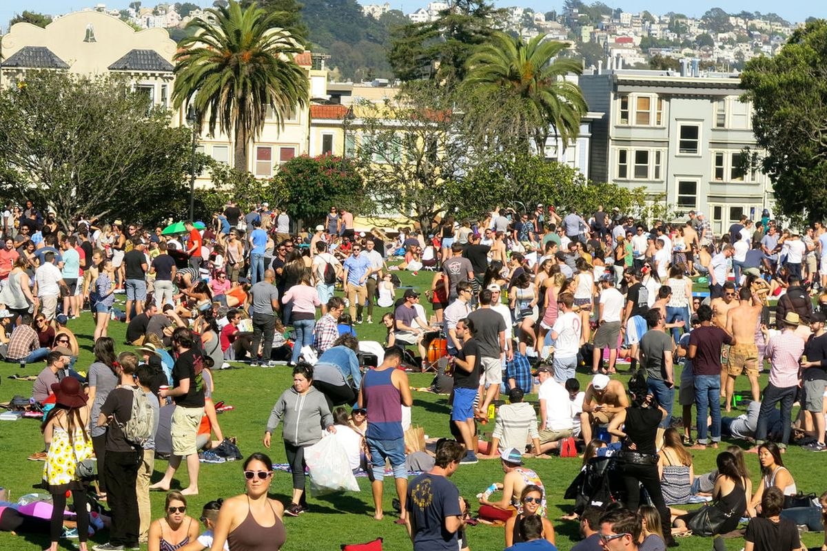 A huge crowd in Dolores Park.