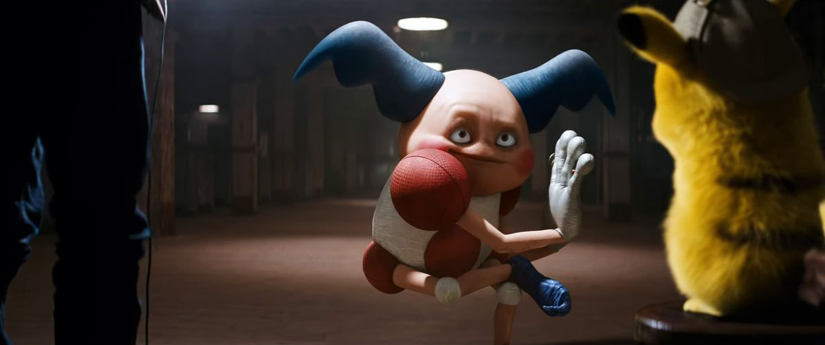 Detective Pikachu - Mr. Mime pantomiming in an interrogation room as Tim and Pikachu look on