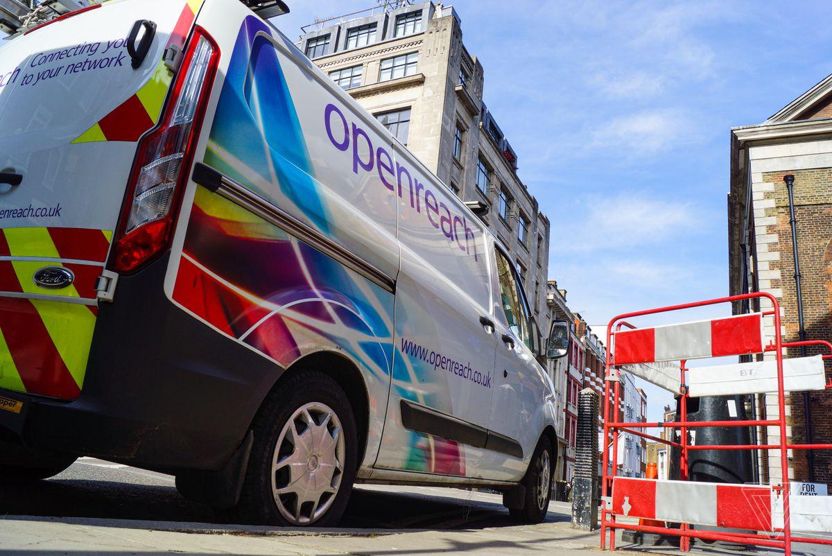 Una furgoneta de Openreach estacionada en el centro de Londres. Openreach, una subsidiaria de British Telecom, es la compañía más grande para mantener la infraestructura física en nombre de los ISP que venden los servicios a los usuarios.