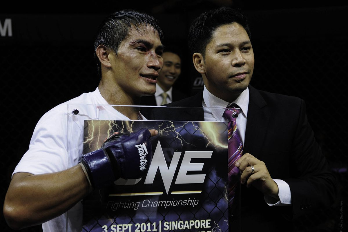 Eduard Folayang and Victor Cui (right) pose at One FC 1.