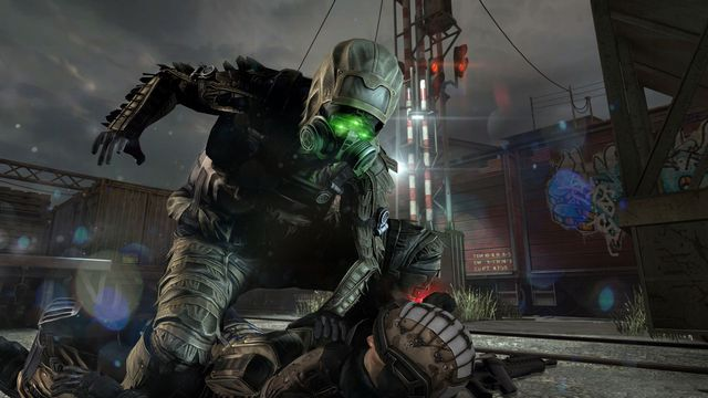 Splinter Cell Blacklist - Sam Fisher infiltrates a base in stealth gear.