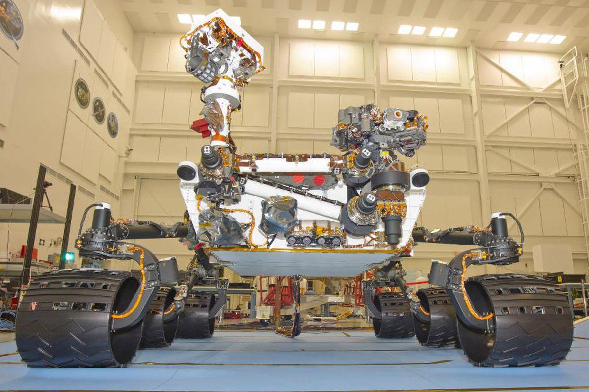 """via <a href=""""http://i.space.com/images/i/10301/original/nasa-msl-curiosity-jpl.jpg?1308265042"""">i.space.com</a>"""