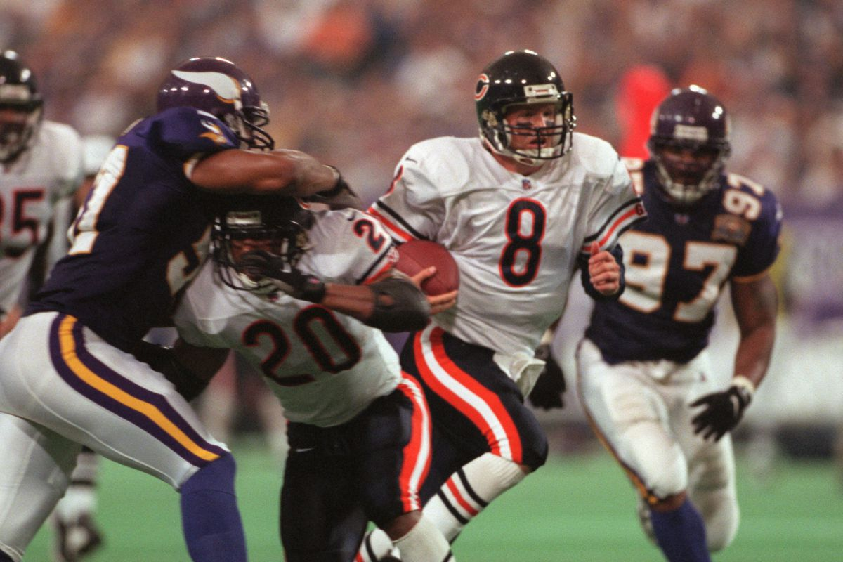 MINNEAPOLIS, MN, 9/3/2000, SUNDAY- Vikings vs. Chicago Bears. Bears Cade McNown (8) runs with the ball in the second quarter, but is eventually stopped by Viking Robert Griffith (24).(Photo By JERRY HOLT/Star Tribune via Getty Images)