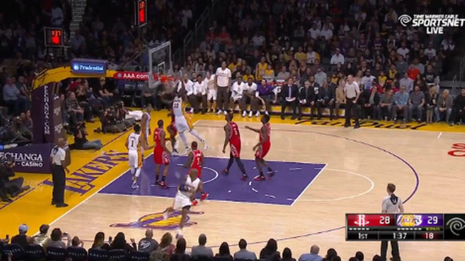 Kobe can't stop dishing no-look passes