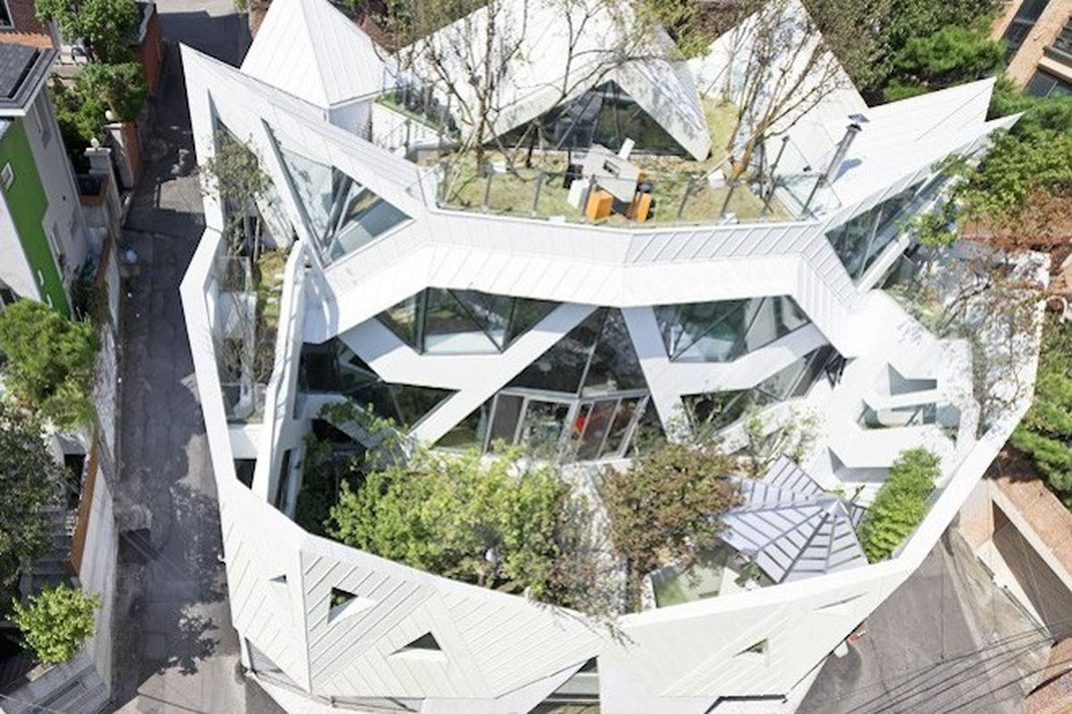 "All photos by <a href=""http://www.sergiopirrone.com/"">Sergio Perrone</a> via <a href=""http://www.archdaily.com/616980/hwa-hun-iroje-khm-architects/"">Arch Daily</a>"