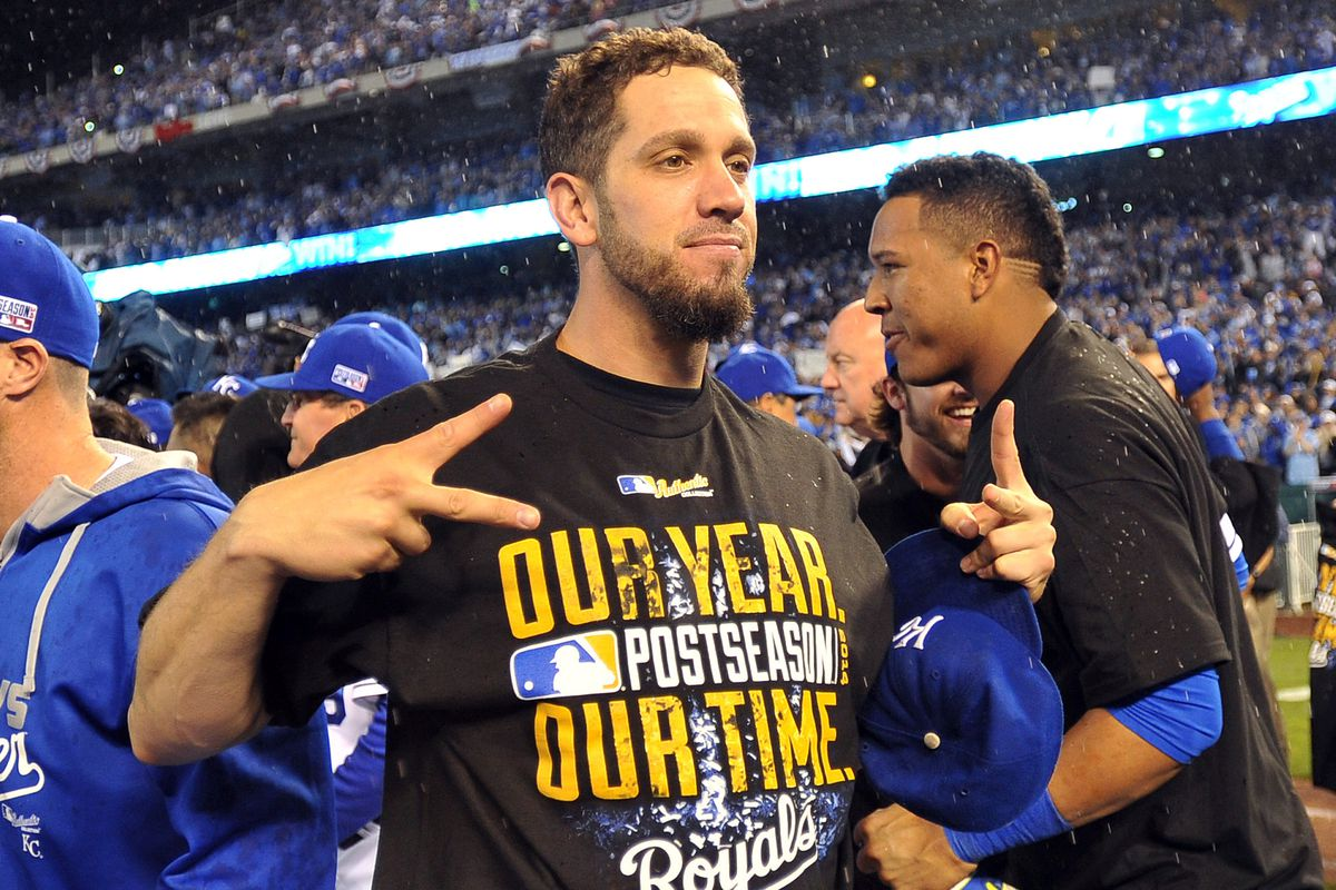 James Shields indicating the number of years he will pitch for the Kansas City Royals