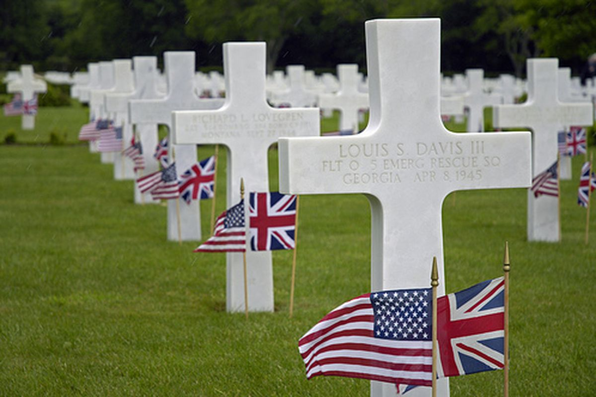 """Flags decorate the graves of U.S. service members on Memorial Day at the Cambridge American Cemetery and Memorial in Madingley, England (via <a href=""""http://www.flickr.com/photos/walkadog/3557111056/sizes/l/"""">Beverly & Pack</a>)"""