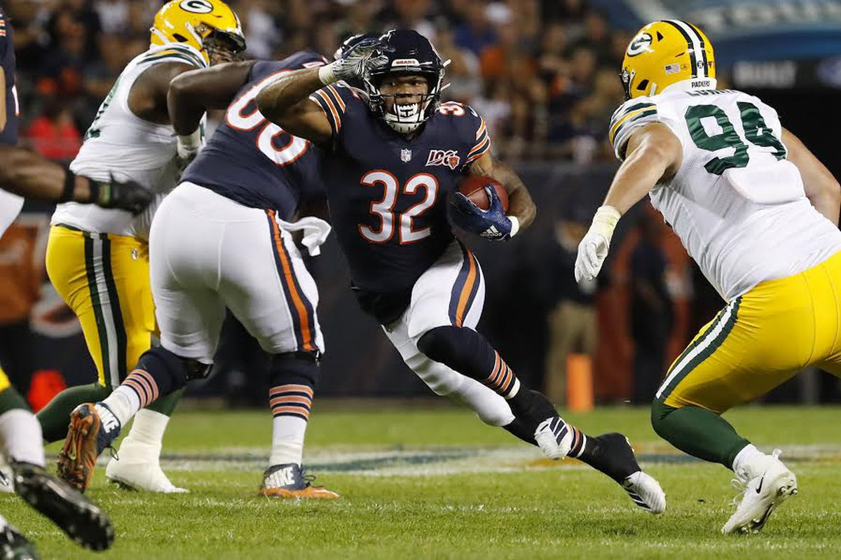 Chicago Bears running back David Montgomery (32) rushes in the first quarter against the Green Bay Packers at Soldier Field on Sept. 5, 2019.