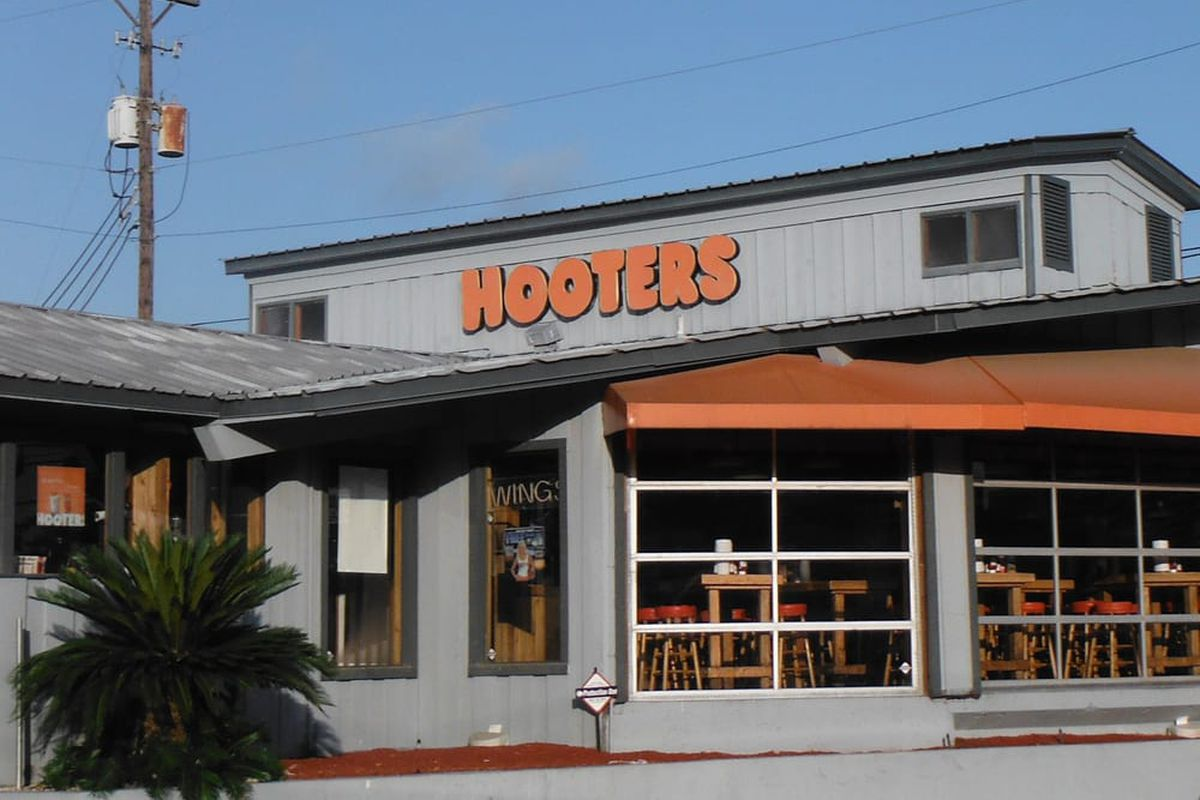 Hooter's in South Austin