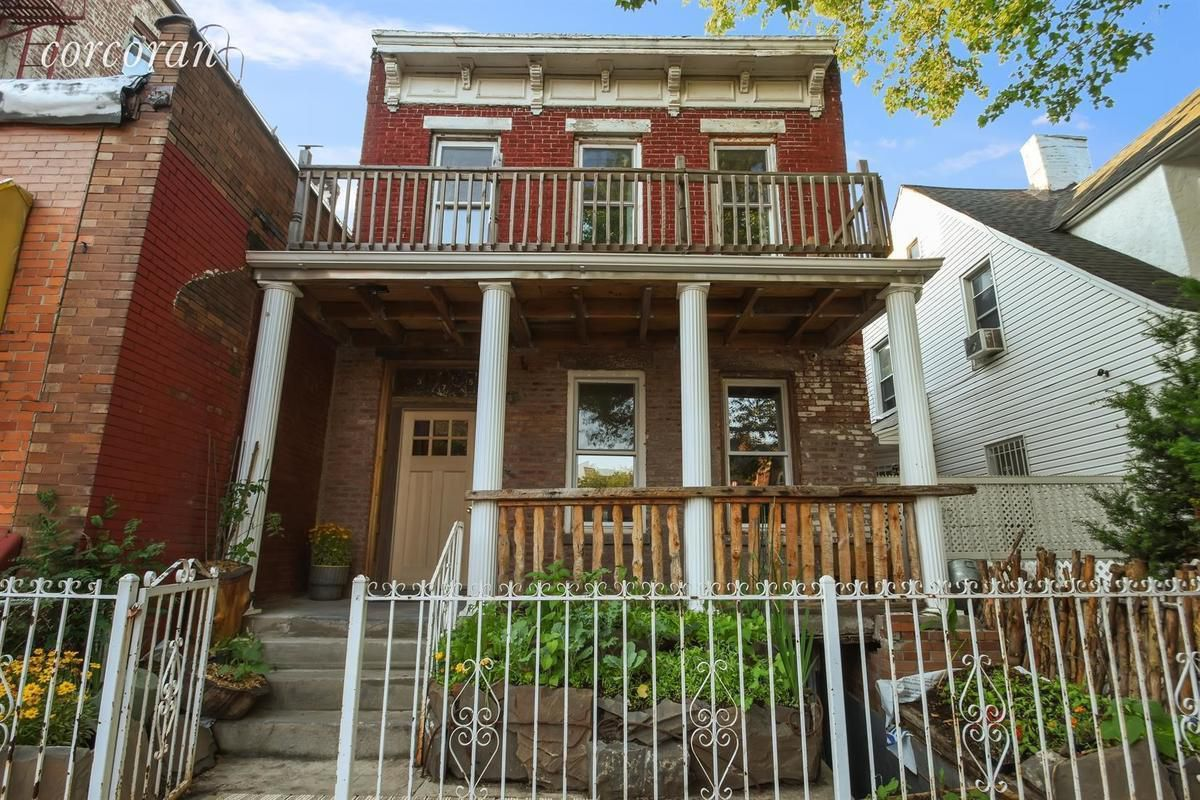 Quirky and colorful park slope townhouse wants 2 3m curbed ny for Prospect park lefferts gardens