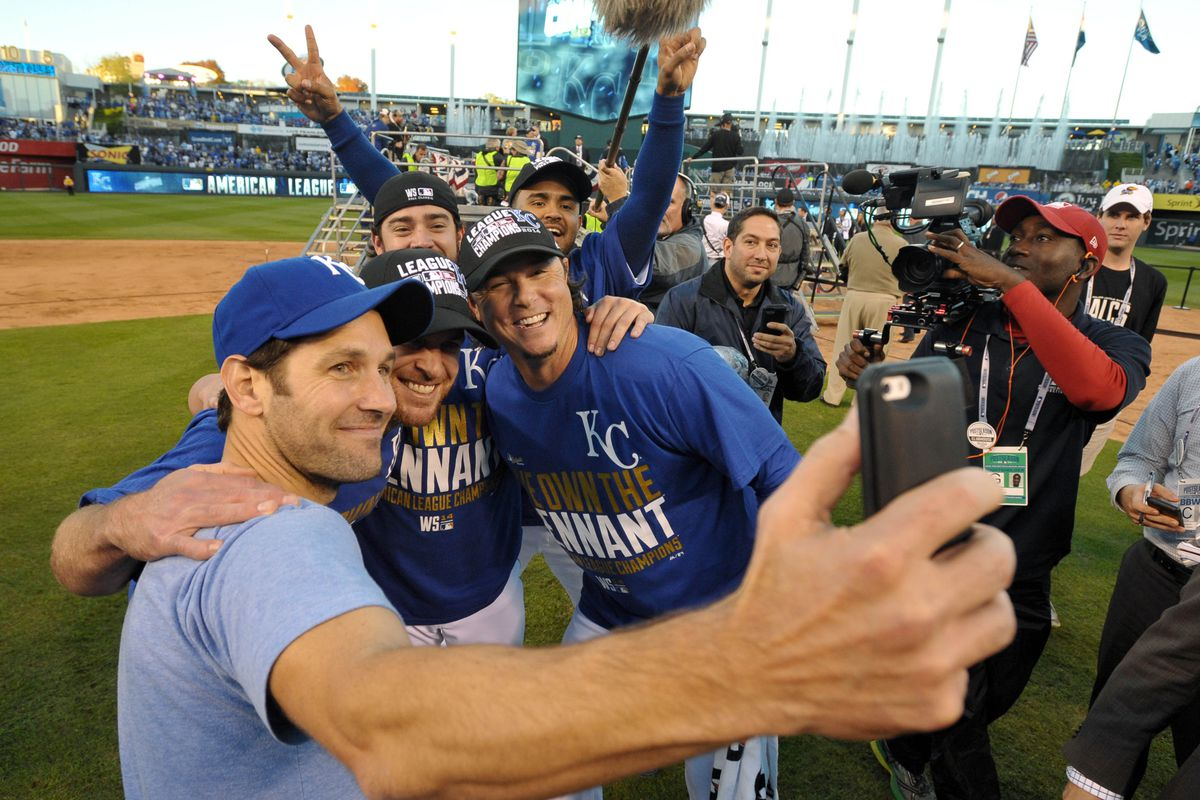 Paul Rudd takes a selfie with Ned Yost and the Royals in October 2014