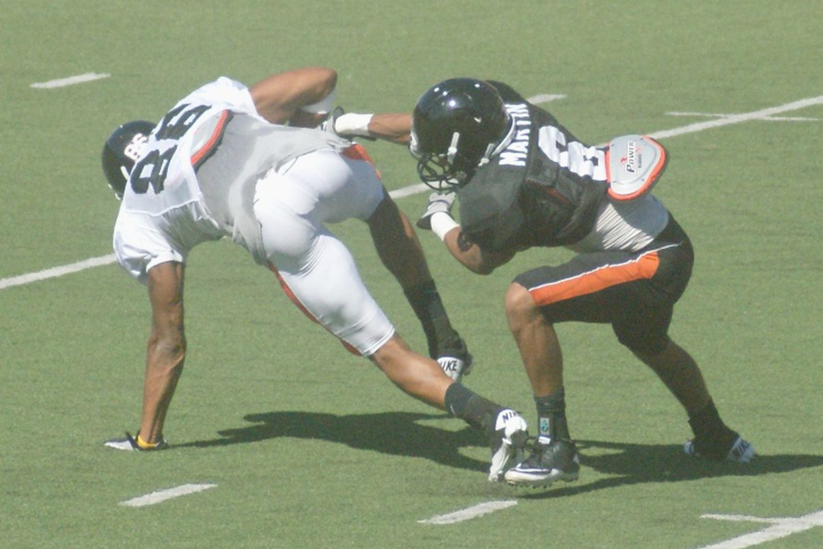 """Obum Gwacham (86) at 6'5"""" and 225 lbs., is difficult to handle in the secondary. <em>(Photo by Andy Wooldridge)</em>"""