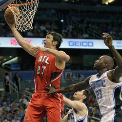 Atlanta Hawks' Zaza Pachulia (27) makes a shot past Orlando Magic's Jason Richardson (23) during the first half of an NBA basketball game on Friday, April 13, 2012, in Orlando, Fla.