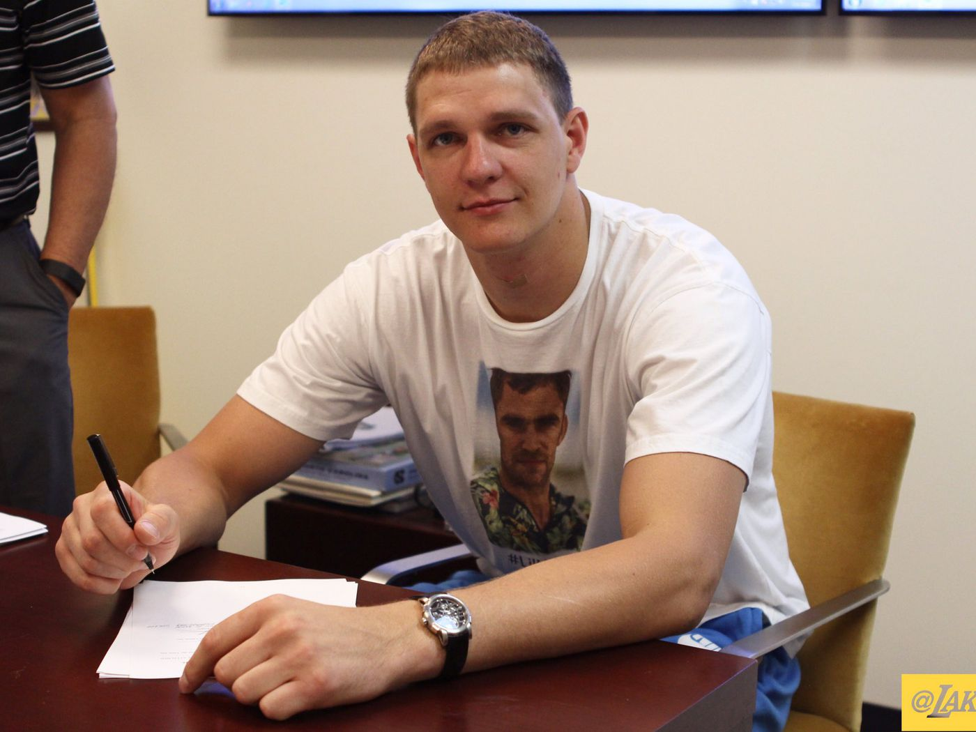 Well-known Timofey Mozgov signed his Lakers contract while wearing a Lil' Kev  IY02
