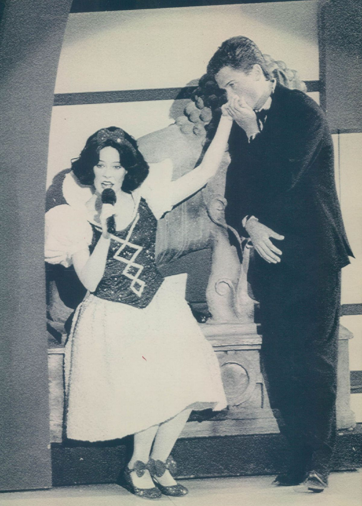 An actress playing Snow White duets with Rob Lowe on the 1988 Oscars, the last to air without a host. | AP