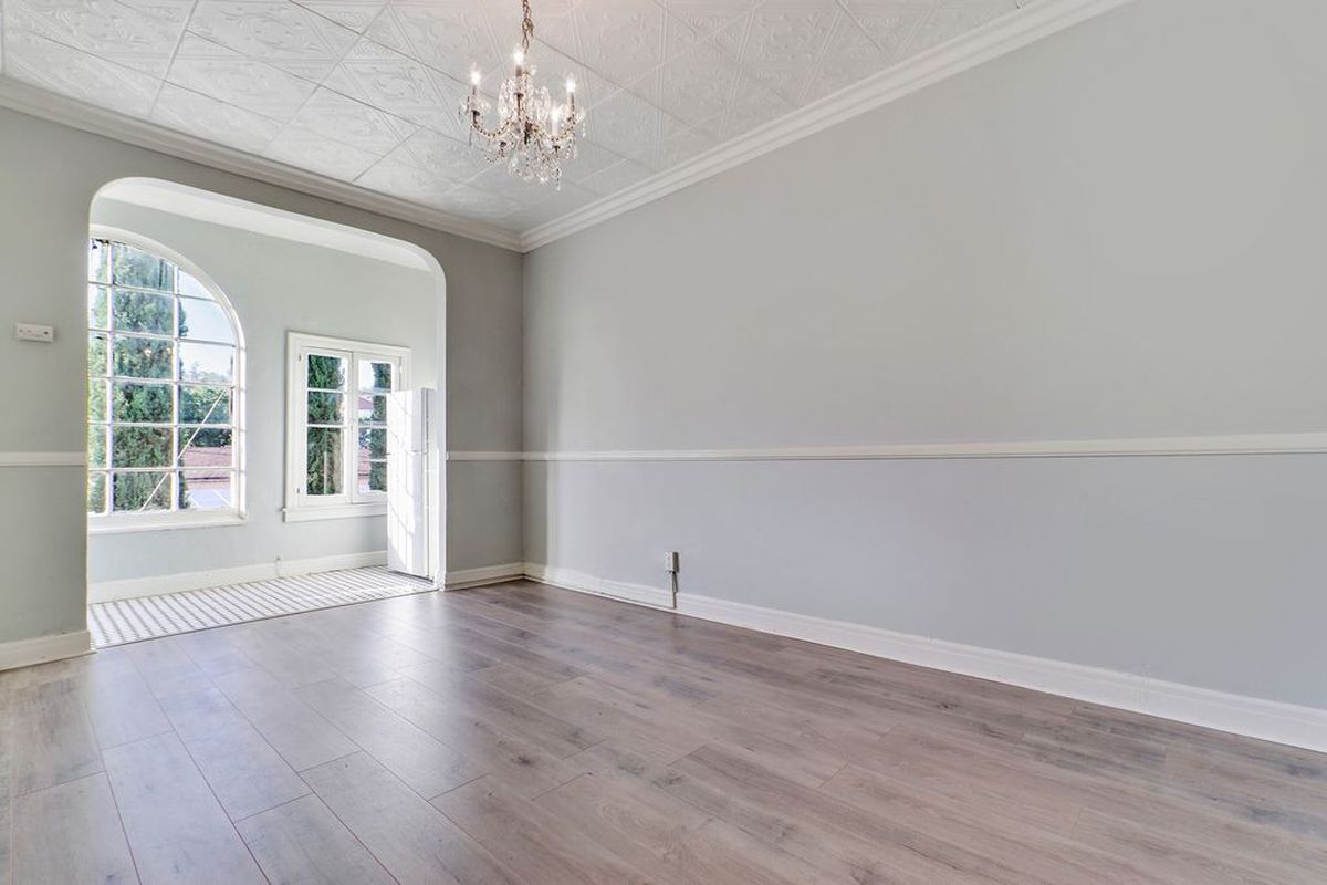 La apartments what 1500 rents you right now curbed la the apartment oozes old hollywood glamour with its chandelier wainscotting and cute vintage exterior arubaitofo Images