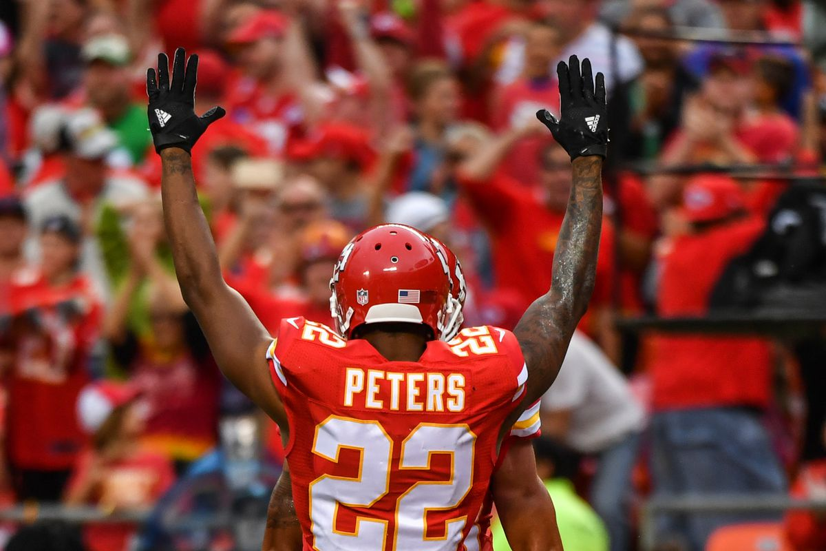 Marcus Peters makes a surprise visit to Kansas City high school